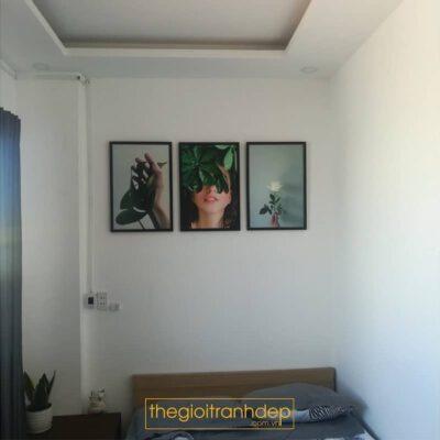 Tranh treo tường phòng ngủ cô gái và cây cỏ